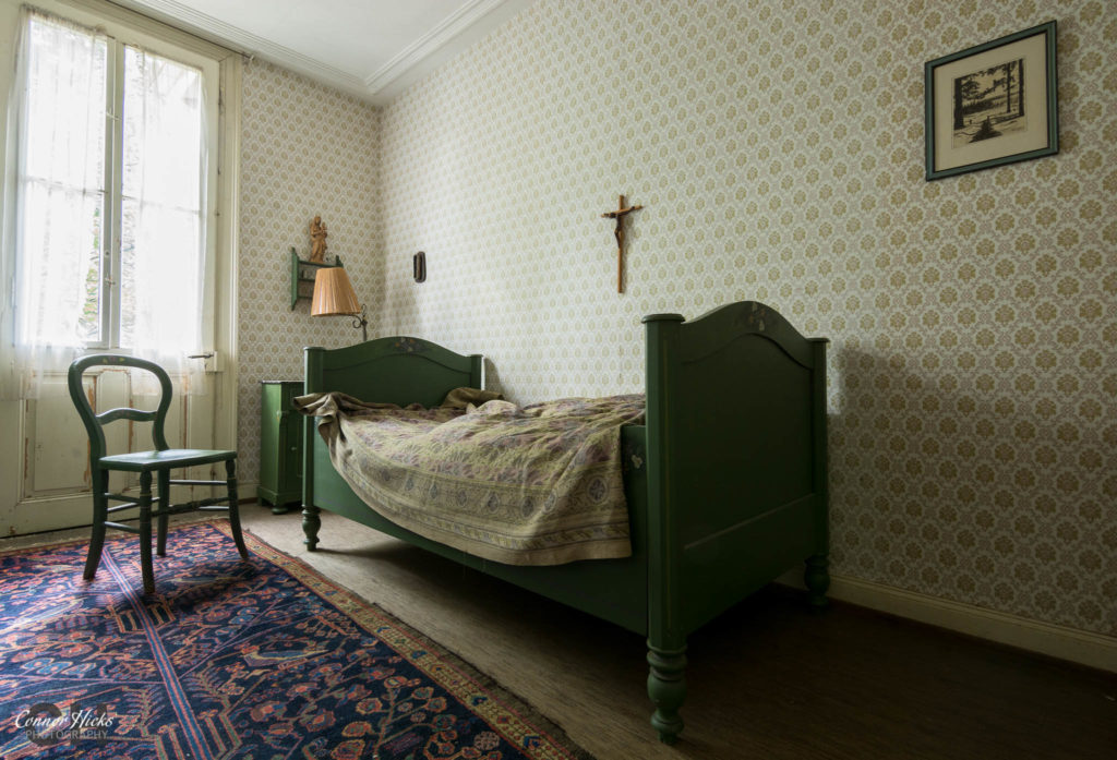 bedroom hunters hotel germany urbex 1024x697 Hunters Hotel, Germany (Permission Visit)